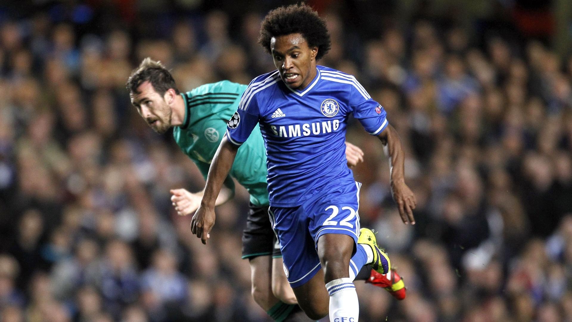 Willian, meia do Chelsea, carrega a bola depois de driblar o goleiro na vitória contra o Schalke 04, pela Liga dos Campeões
