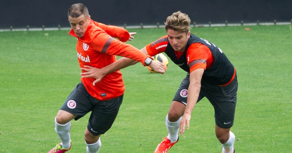 12.11.2013 - Meia D'Alessandro e lateral direito Cláudio Winck disputam lance em treino do Inter no CT do Parque Gigante