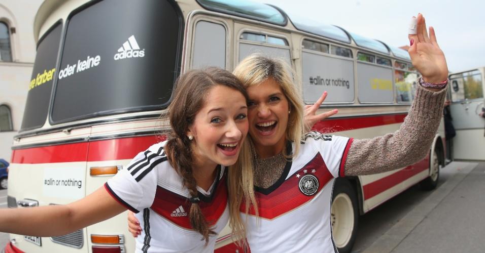 12.Nov.2013 - Alemãs Vera e Isabella comemoram: elas foram as primeiras a ganhar a camisa da Alemanha para a Copa de 2014