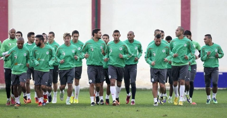 12.nov.2013 - Depois de perder a primeira partida para Burkina Faso por 3 a 2, jogadores da Argélia iniciam preparação para o duelo de volta pelas eliminatórias da Copa-2014