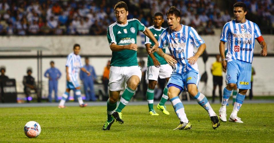 12.nov.2013 - Felipe Menezes passa durante a partida entre Paysandu e Palmeiras pela Série B