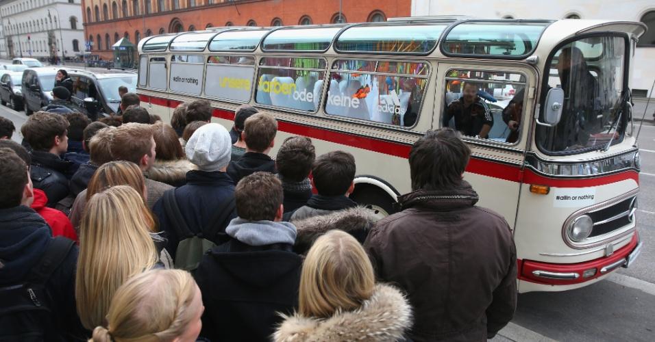 12.Nov.2013 - Lançamento da camisa da seleção da Alemanha para a Copa-2014 foi feito em um ônibus da década de 50