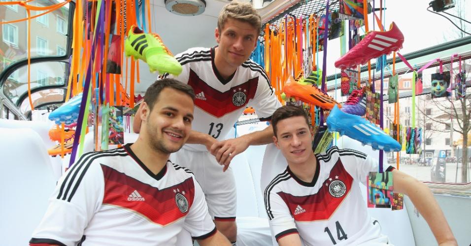 12.Nov.2013 - Thomas Mueller (centro) e Julian Draxler apresentam a camisa da seleção da Alemanha para a Copa-2014