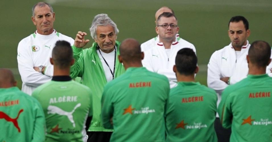 12.nov.2013 -Depois de perder a primeira partida para Burkina Faso por 3 a 2, jogadores da Argélia iniciam preparação para o duelo de volta das eliminatórias da Copa-2014