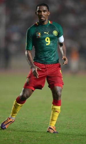13.out.2013 - Samuel Eto'o, de Camarões, observa a movimentação de seus companheiros durante a partida contra a Tunísia pelas eliminatórias da Copa-2014; jogo terminou 0 a 0