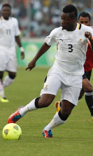 15.out.2013 - Asamoah Gyan, de Gana, leva a melhor sobre a marcação durante partida contra o Egito pelas eliminatórias da Copa-2014; ganenses golearam por 6 a 1