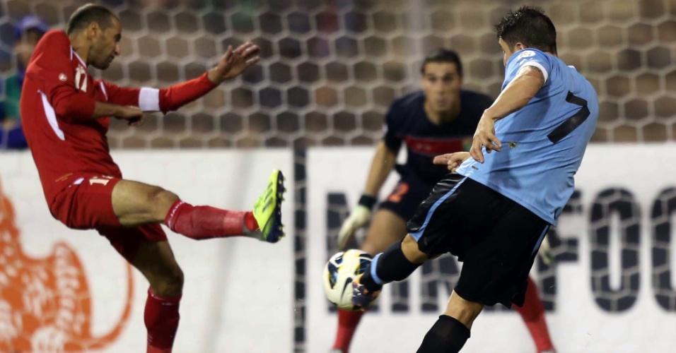 13.11.2013 - Cristian Rodriguez chuta para marcar um dos gols do Uruguai contra a Jordânia pela repescgaem mundial para a Copa-2014; uruguaios golearam por 5 a 0