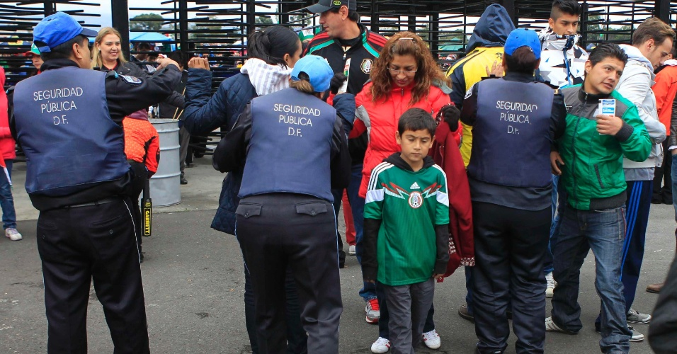 13.nov.2013 - Seguranças revistam torcedores mexicanos antes da partida contra a Nova Zelândia pela repescagem mundial para a Copa do Mundo-2014