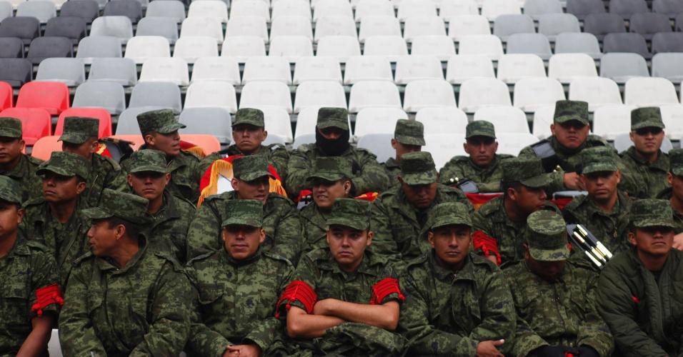 13.nov.2013 - Soldados mexicanos aguardam a partida contra a Nova Zelândia pela repescagem mundial da Copa-2014