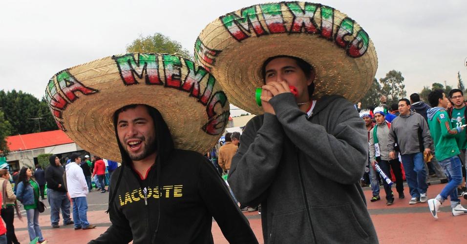 13.nov.2013 - Torcida mexicana aguarda início do jogo contra a Nova Zelândia  pela repescagem mundial para a Copa-2014