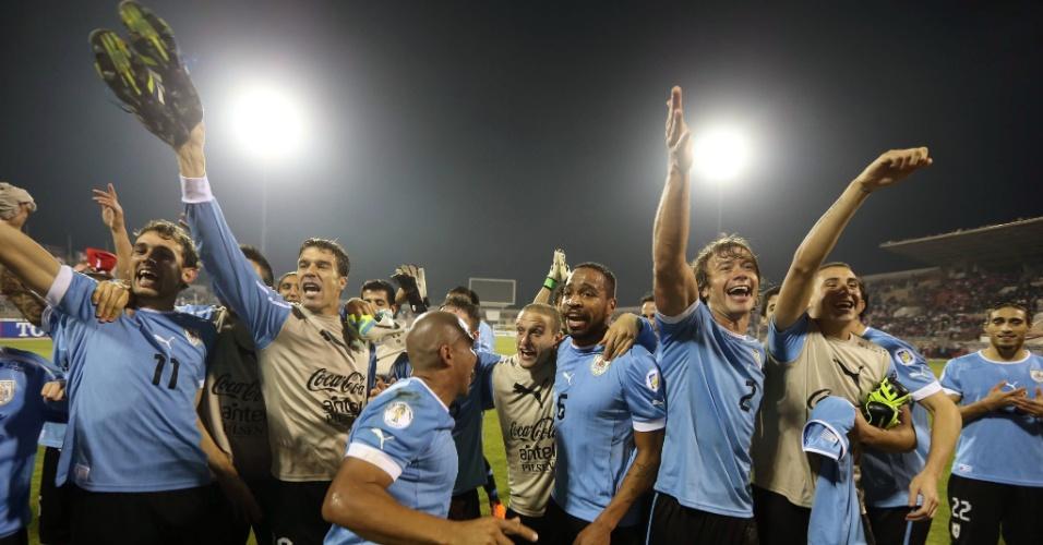 13.11.2013 - Uruguaios comemoram goleada por 5 a 0 sobre a Jordânia na partida de ida da repescagem mundial para a Copa-2014