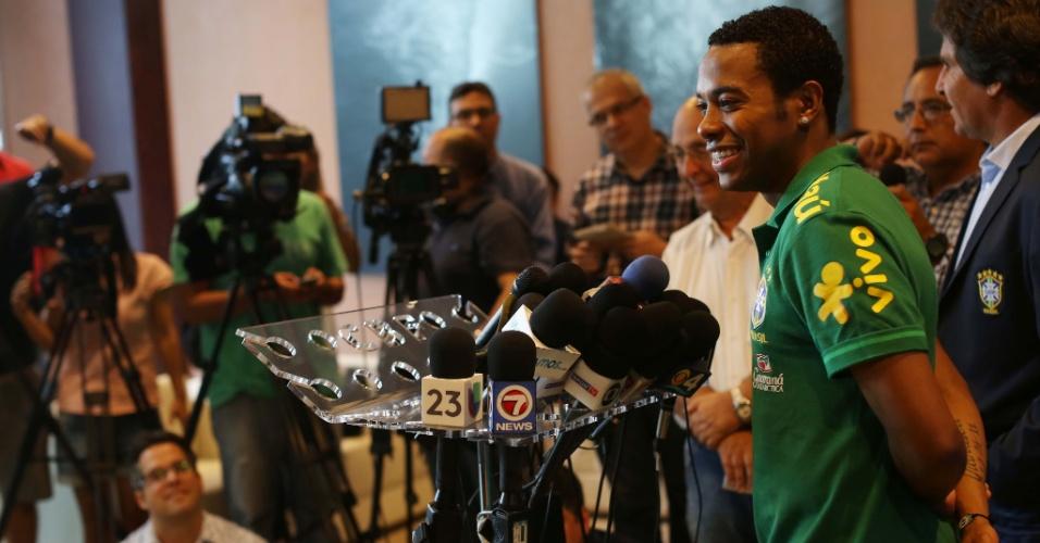 13.nov.2013 - Atacante Robinho, do Milan, concede entrevista coletiva com a seleção brasileira em Miami