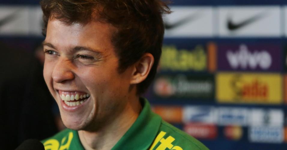 13.nov.2013 - Bernard durante entrevista coletiva da seleção brasileira em Miami