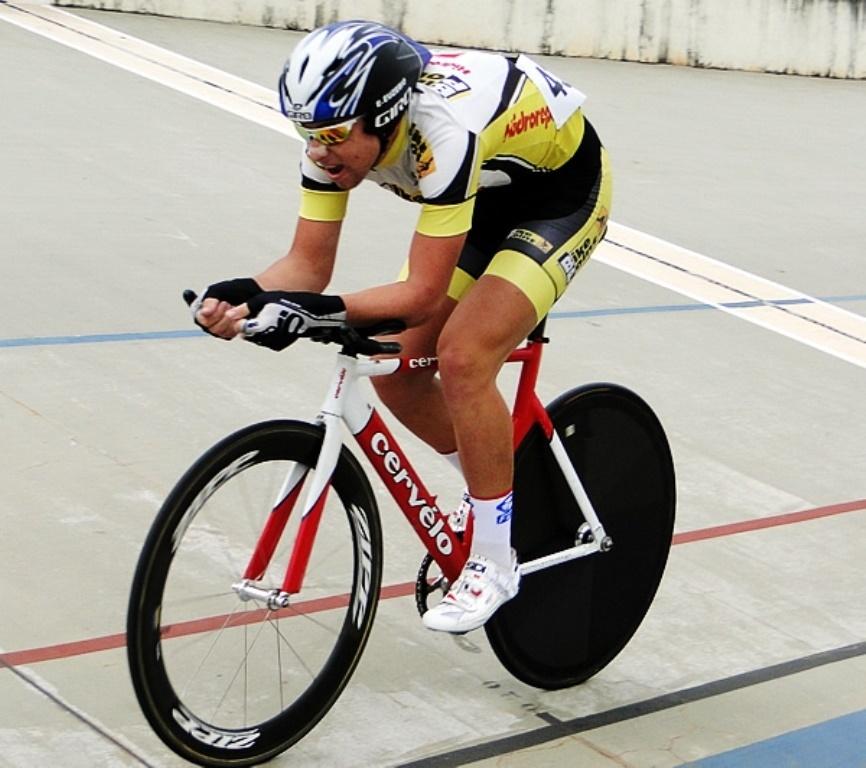 13.nov.2013 - Ciclista Eduardo dos Santos Euzébio, 18, morreu nesta quarta-feira após ter sido atingido por um carro em acidente na BR-277