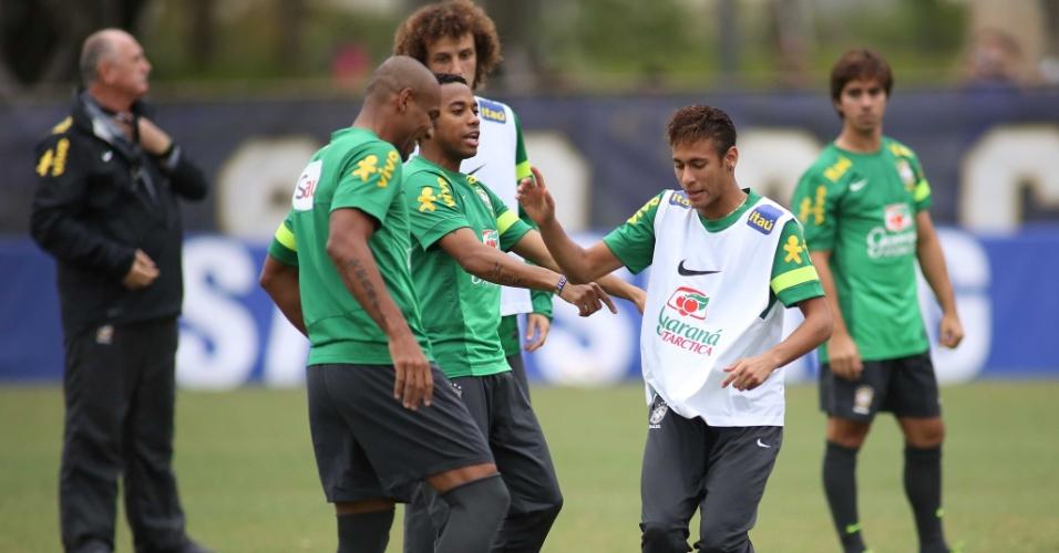 13.nov.2013 - Maicon, Robinho e Neymar brincam durante trinamento da seleção brasileira nesta quarta-feira