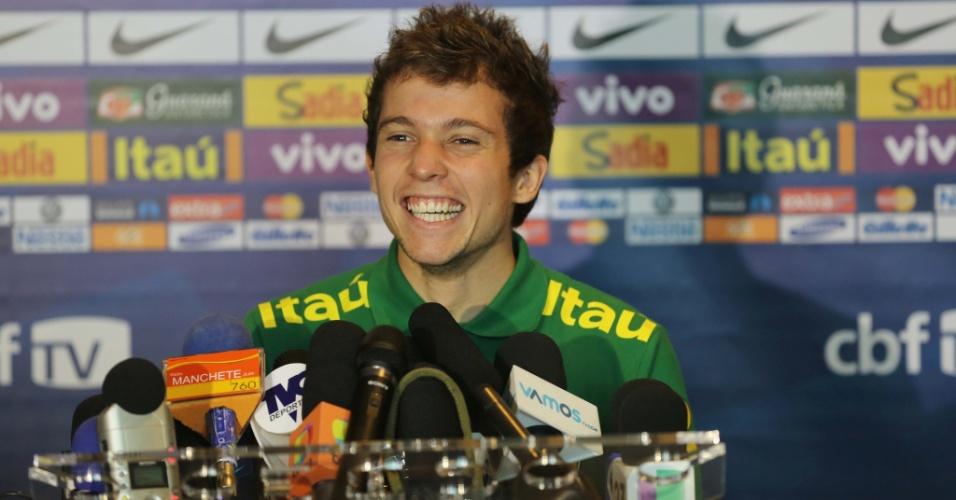 13.nov.2013 - Meia Bernard sorri durante coletiva da seleção brasileira em Miami