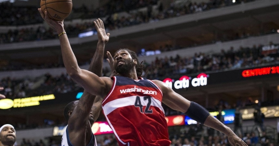 13.nov.2013 - Nenê anotou 14 pontos e pegou sete rebotes na derrota do Washington Wizards para o Dallas Mavericks por 105 a 95
