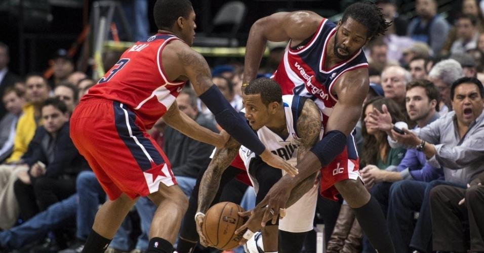 13.nov.2013 - Nenê tenta roubar a bola de Monta Ellis, na derrota de seu Wizards para os Mavericks, por 105 a 95; o brasileiro anotou 14 pontos e pegou 7 rebotes