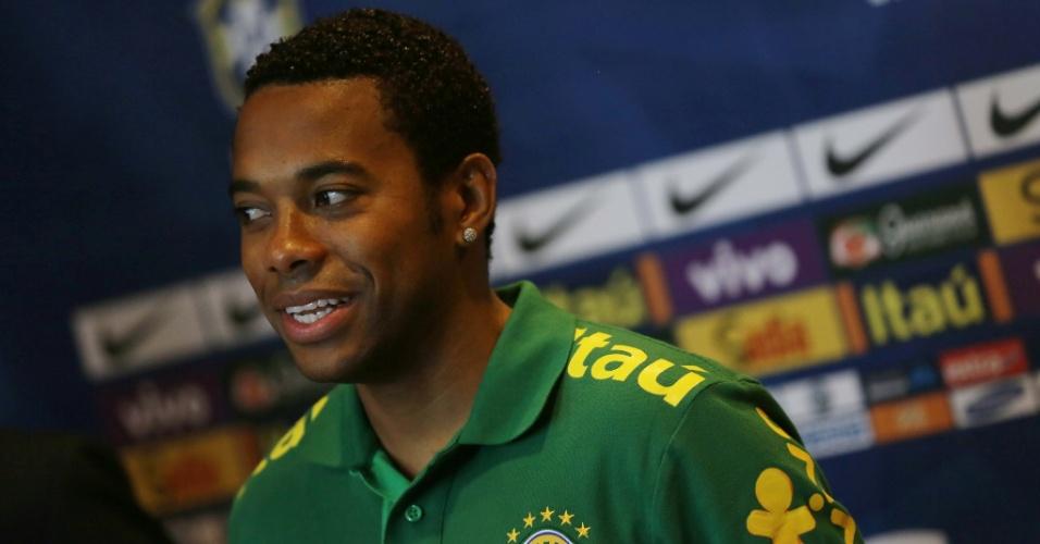 13.nov.2013 - Robinho durante coletiva da seleção brasileira em Miami