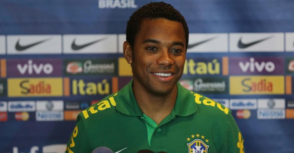 13.nov.2013 - Robinho sorri durante coletiva da seleção brasileira