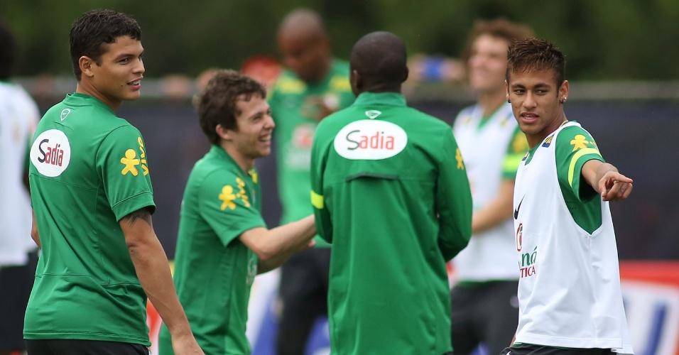 13.out.2013 - Thiago Silva, Bernard e Neymar se divertem durante treino da seleção brasileira