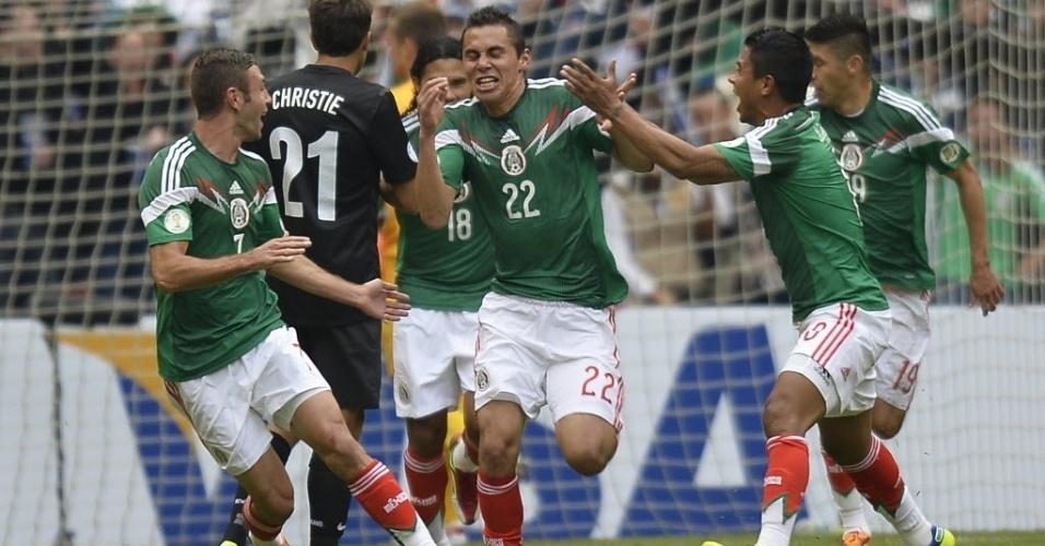 11.nov.2013 - Aguillar comemora o primeiro gol do México contra a Nova Zelândia no jogo de ida da repescagem mundial da Copa-14; mexicanos golearam por 5 a 1