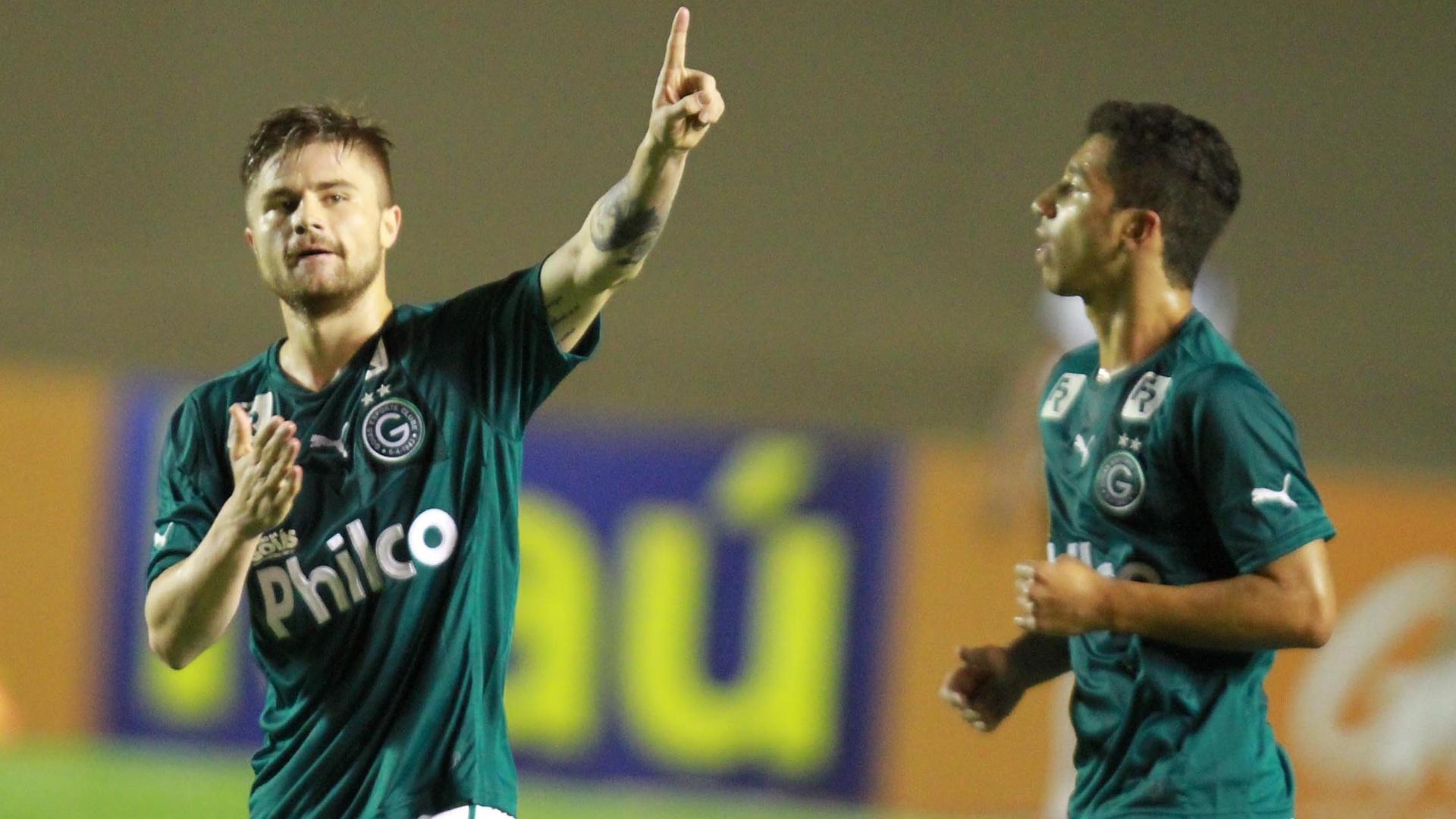 Eduardo Sasha comemora gol do Goiás sobre a Ponte Preta pelo Brasileirão - 13.nov.2013