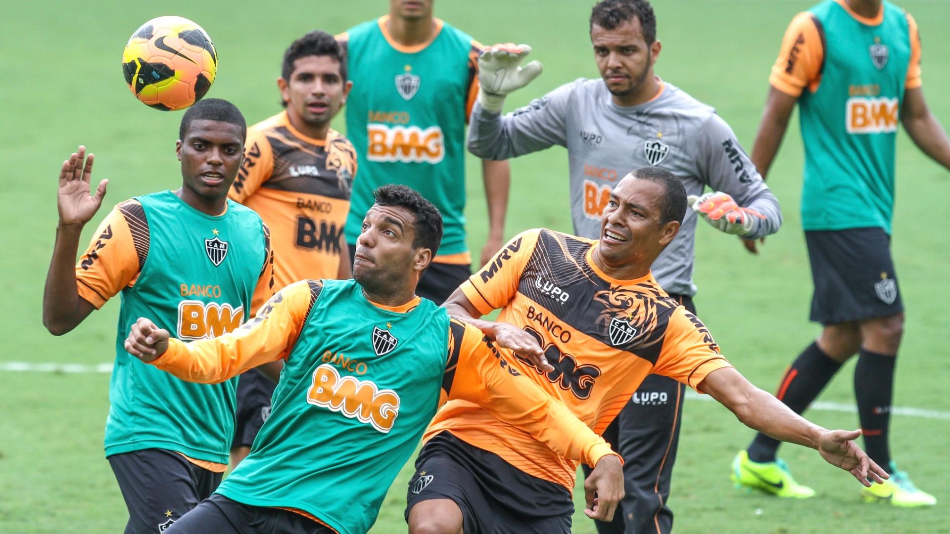 Gilberto Silva participa de treino do Atlético-MG na Cidade do Galo (8/11/2013)