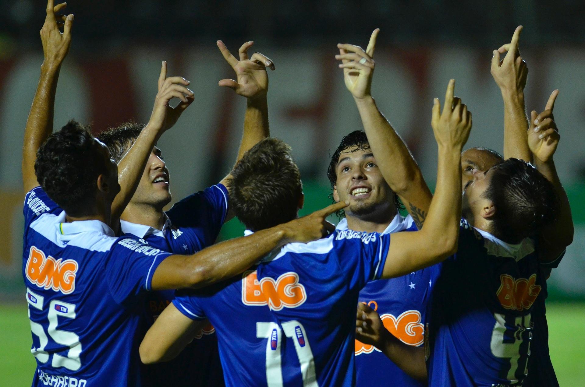 Jogadores do Cruzeiro comemoram gol sobre o Vitoria pelo Brasileirão - 13.nov.2013