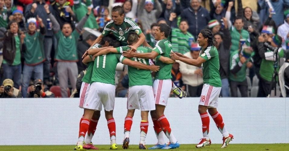 13.nov.2013 - Jogadores mexicanos comemoram gol contra Nova Zelândia na partida de ida da repescagem mundial da Copa-2014; México goleou por 5 a 1