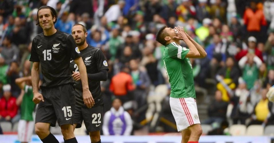 13.nov.2013 - Mexicano Peralta lamenta chance perdida em duelo contra Nova Zelândia pela repescagem mundial da Copa-14; mexicanos golearam por 5 a 1