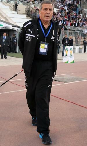 13.nov.2013 - Oscar Tabárez, técnico do Uruguai, acompanha a partida de ida da repescagem mundial para a Copa-2014 contra a Jordânia; uruguaios golearam por 5 a 0