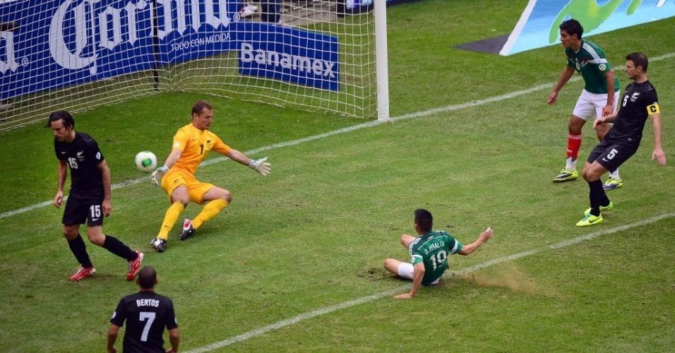 13.nov.2013 - Peralta marca, de carrinho, o terceiro gol do México contra a Nova Zelândia no duelo de ida da repescagem mundial para a Copa-2014; mexicanos golearam por 5 a 1