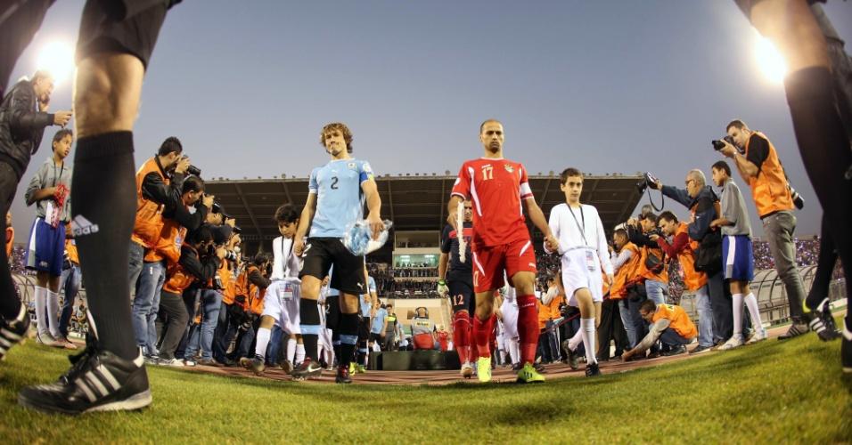 13.nov.2013 - Seleções de Uruguai e Jordânia entram em campo para o jogo de ida da repescagem mundial para a Copa-2014; uruguaios golearam por 5 a 0