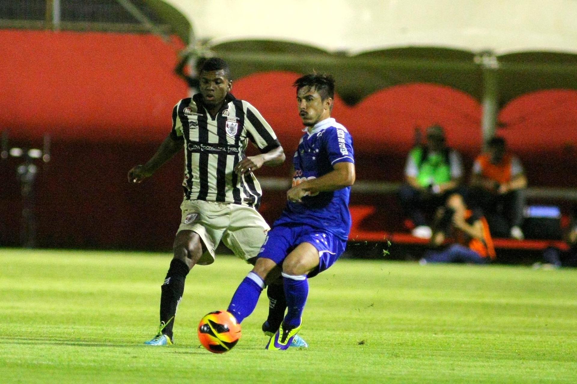 Willian, atacante do Cruzeiro, passa a bola durante jogo contra o Vitória - 13.nov.2013