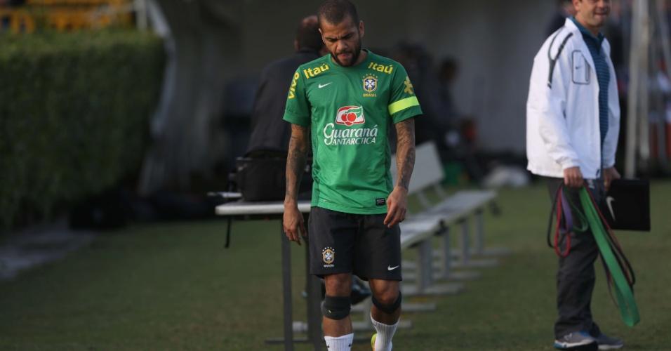 14.nov.2013 - Daniel Alves deixou a atividade com dores e preocupa a seleção para a partida contra Honduras