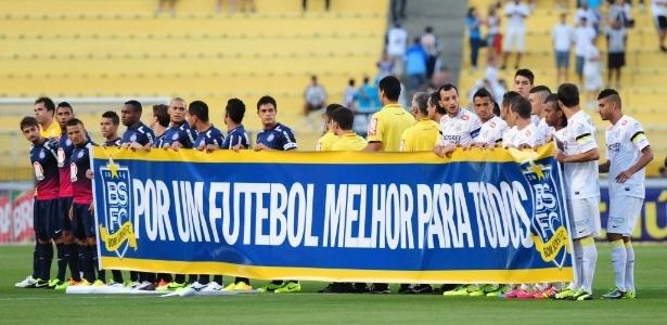 Jogadores de Santos e Bahia seguram faixa de apoio ao Bom Senso FC (14.nov.2013)