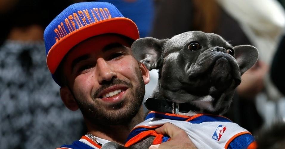 14.nov.2013 - Torcedor leva cachorro para assistir ao duelo entre Knicks e Hawks; o cão fã dos Knicks deu sorte e o time de Nova York triunfou por 95 a 91