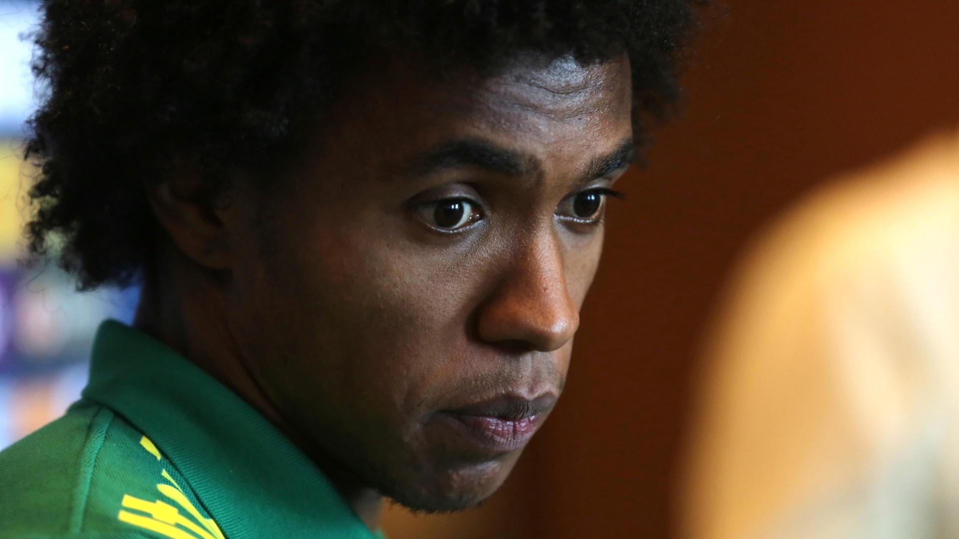14.nov.2013 - Willian, meia-atacante do Chelsea e da seleção brasileira, corre para conseguir uma vaga no mundial do ano que vem