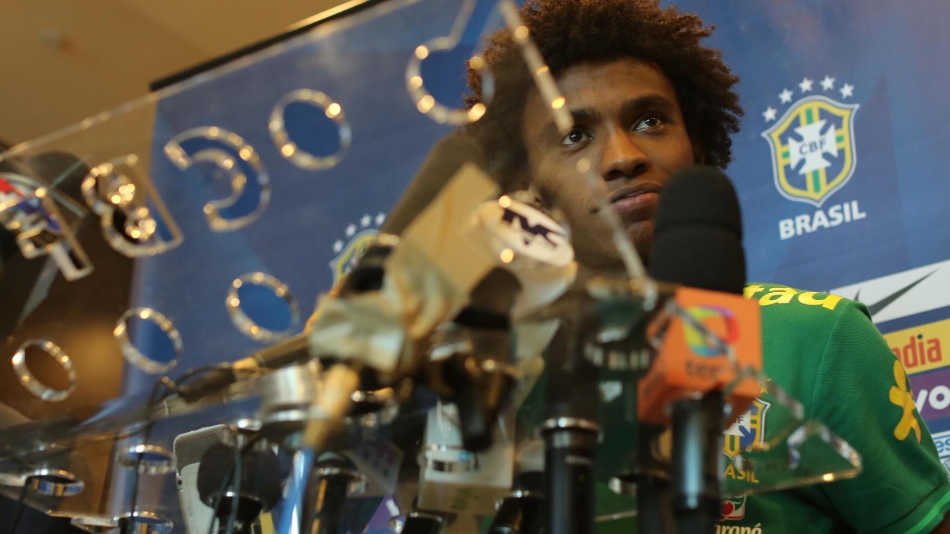 14.nov.2013 - Willian, meia-atacante do Chelsea e da seleção brasileira, conversa com a imprensa em Miami