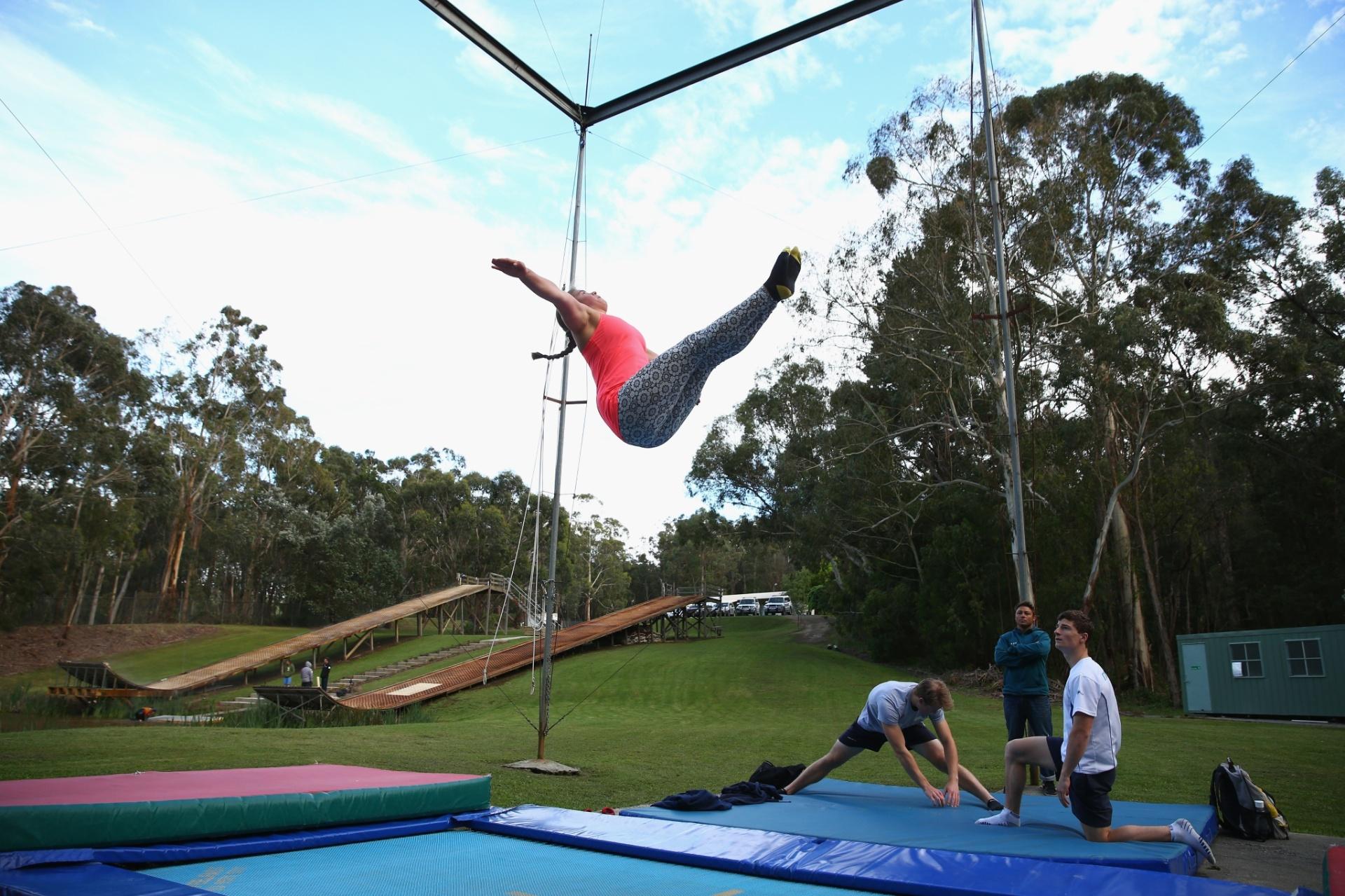 Britt Cox, de apenas 19 anos, faz exercício durante atividade da seleção australiana de Esqui, em Melbourne; ela treina com o restante dos atletas da modalidade Freestyle (Estilo livre) para as Olimpíadas de Inverno da Rússia, que acontecera na cidade de Sochi, em 2014