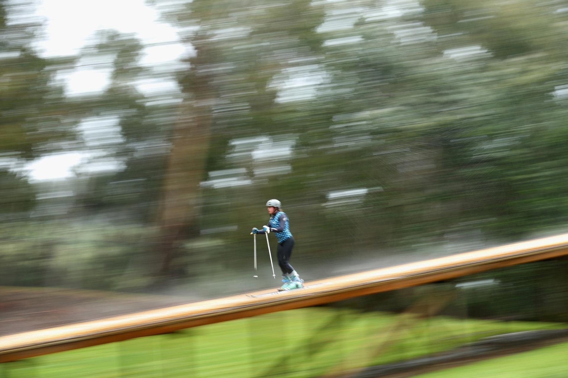Britt Cox desce uma grande rampa durante treinamento da seleção australiana de Esqui, em Melbourne; atletas da modalidade Freestyle (Estilo livre) da Austrália se adaptaram ao verão do país e improvisaram equipamentos para simular a neve, como modo de preparação para as Olimpíadas da Inverno na Rússia