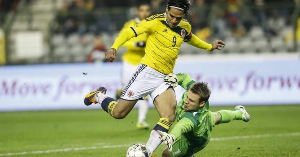 14.nov.2013 - Falcao Garcia dribla o goleiro e faz 1 a 0 para a Colômbia contra a Bélgica; colombianos venceram amistoso por 2 a 0