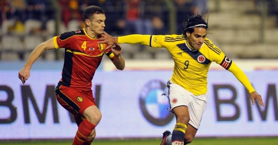 14.nov.2013 - Falcao Garcia se livra da marcação de Thomas Vermaelen no amistoso entre Bélgica e Colômbia; colombianos venceram por 2 a 0