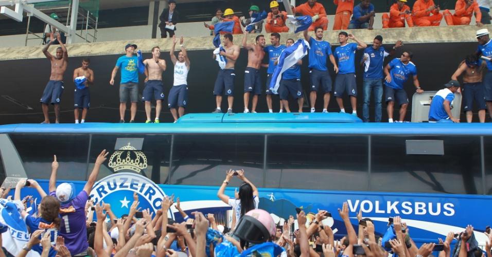 Jogadores do Cruzeiro comemoram título brasileiro em cima de ônibus na chegada a Belo Horizonte