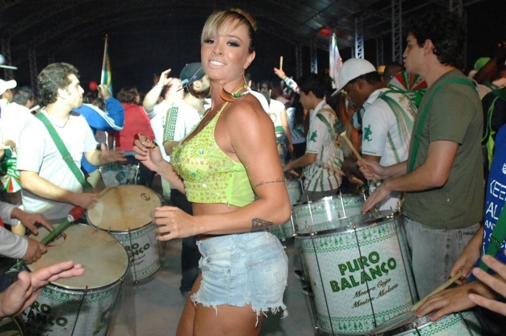 Juju Salimeni participa de ensaio da Mancha Verde; a palmeirense costuma desfilar com a agremiação no carnaval