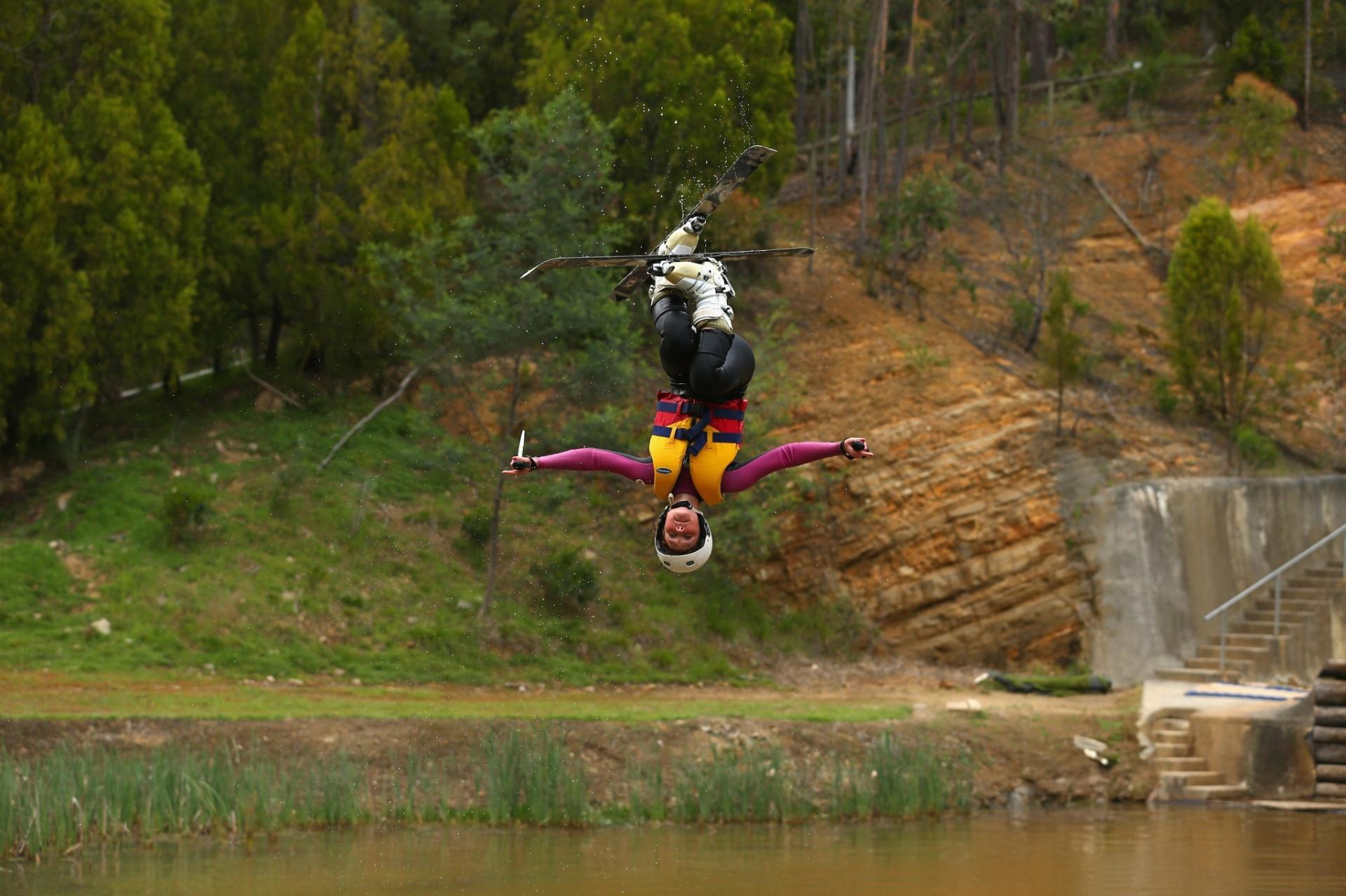Taylah-Page O'Neill faz acrobacia após saltar em um lago durante treinamento de esqui da seleção australiana em Melbourne