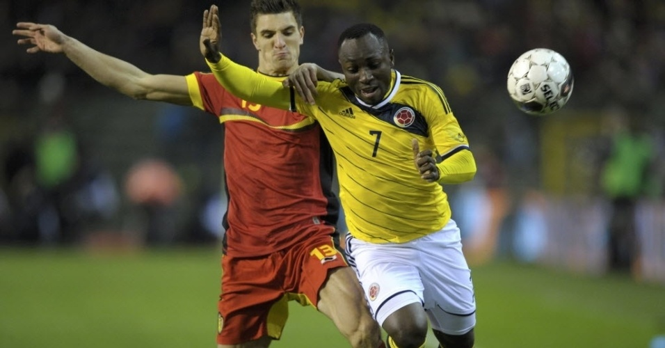 14.nov.2013 - Thomas Meunier puxa Armero em amistoso entre Bélgica e Colômbia; colombianos venceram por 2 a 0