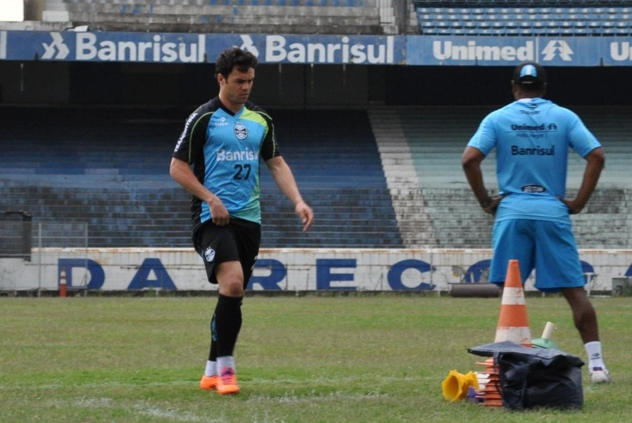 15.11.2013 - Kleber deixa treinamento do Grêmio reclamando de dores na coxa direita