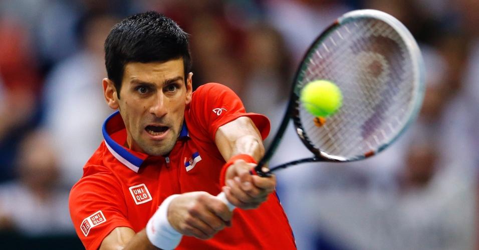15.nov.2013 - Novak Djokovic rebate a bola de Radek Stepanek durante a Copa Davis, em Belgrado
